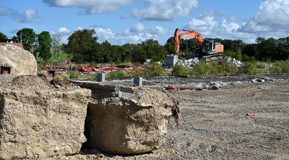 Der arbejdes hårdt på at fjerne det store fundament påStejlhøj i Kalundborg. Foto: Jens Nielsen.