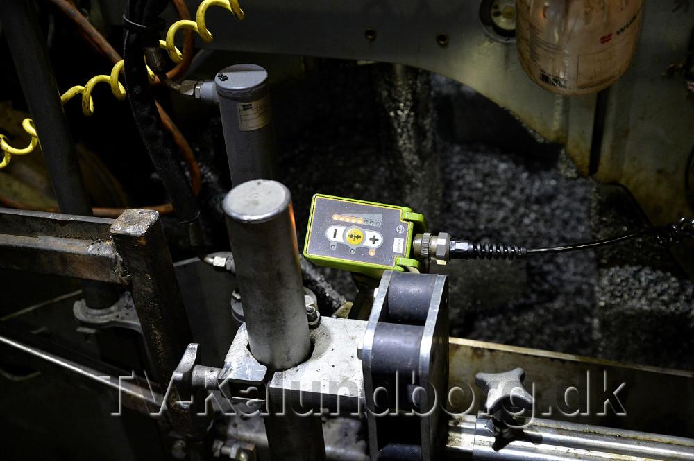 Avanceret elektronik styrer udlægningen af den varme asfalt. Foto: Jens Nielsen