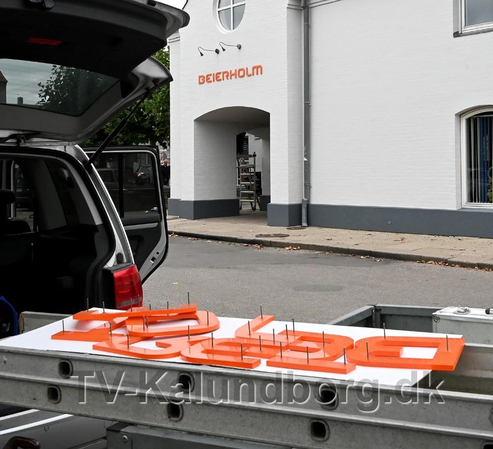 Mandag formiddag blev der sat nye Beierholm skilte op på facaden. Foto: Jens Nielsen