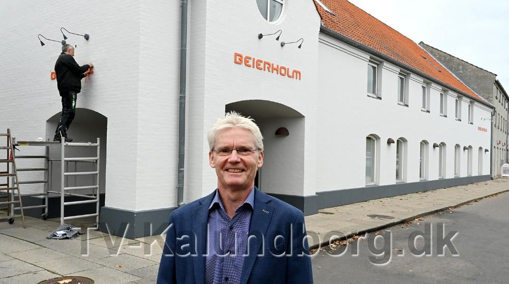 Statsautoriseret revisor Steffen Møller Jensen foran facaden med de nye skilte. Foto: Jens Nielsen