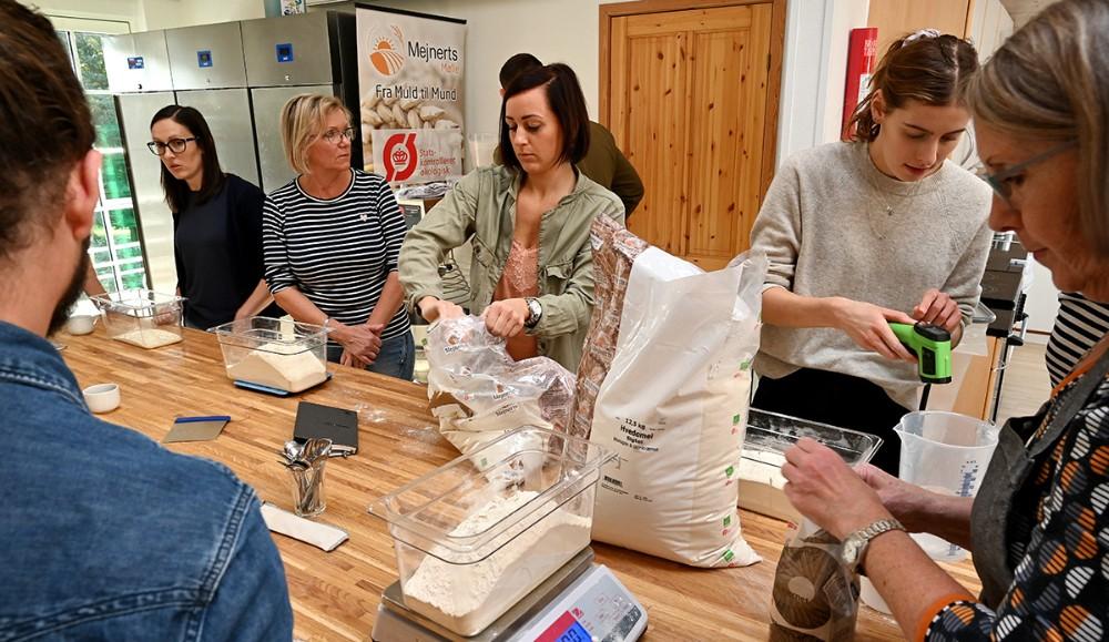 Aktivitet i det nye bageværksted hos Mejnerts Mølle. Foto: Jens Nielsen