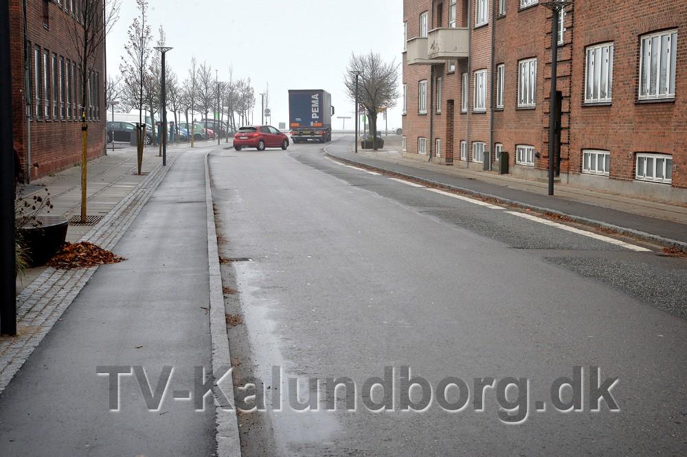 Flere steder har jorden sat sig så Vænget er ujævn at køre på, måske skal dele af vejen graves op igen. Foto: Jens Nielsen