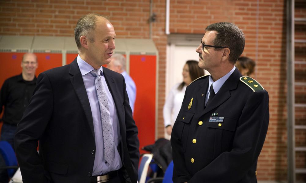 Borgmester Martin Damm i snak med Dan Warming, politikommissær i Midt- og Vestsjællands Politi. Foto: Jens Nielsen