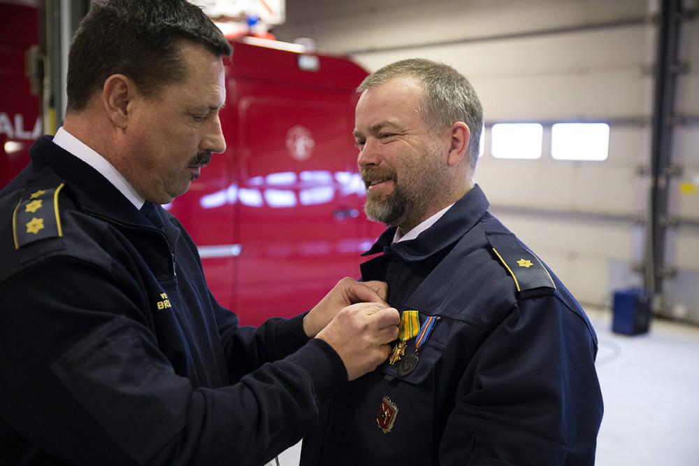 Beredskabsinspektør Jan Clausen fik overrakt dronnings fortjenstmedalje for 25 år som brandmand. Foto: Jens Nielsen