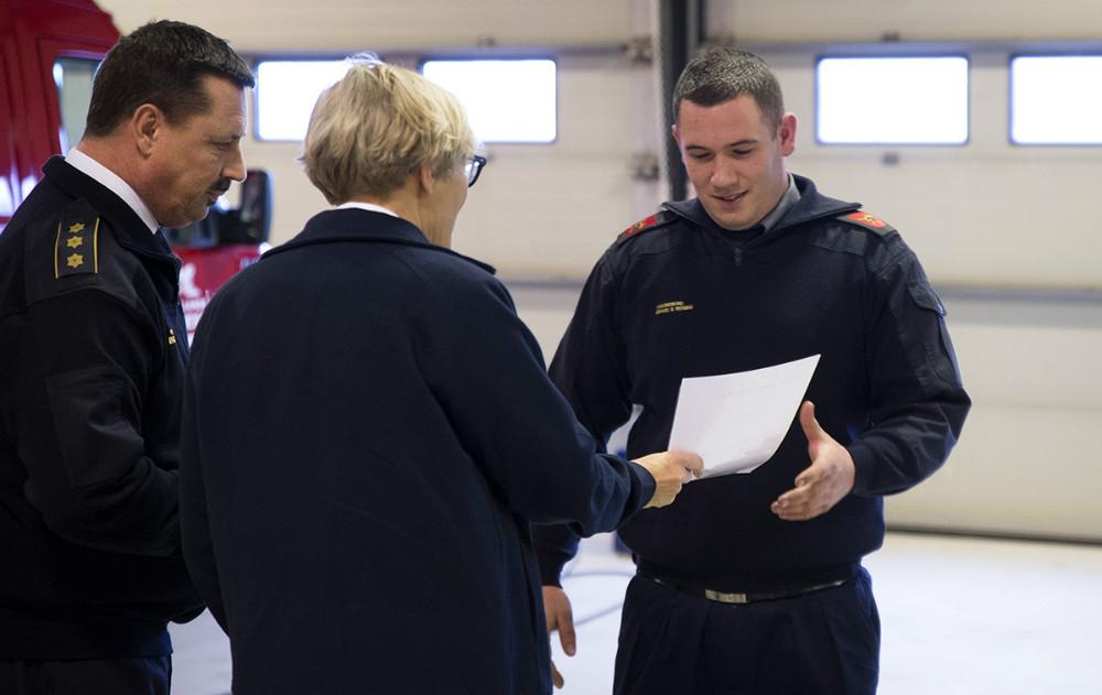 Christian Lund fik 10-års tegn som frivillig brandmand. Foto: Jens Nielsen