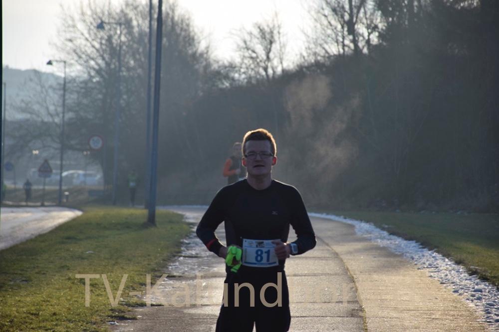 Den første løber ved det første depot på vintermaraton-ruten. Foto: Gitte Korsgaard.