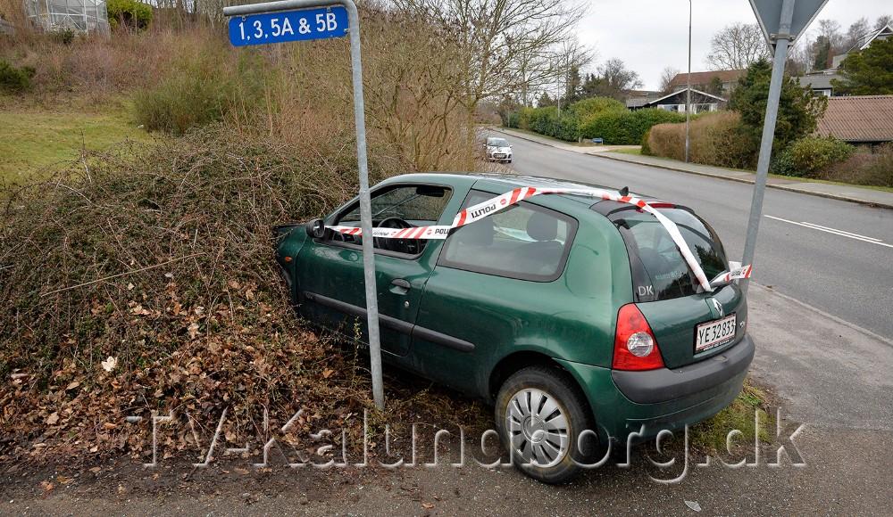 Bilen som påkørte den forankørende, endte i en hæk på hjørnet af Røsnæsvej-Nyrup Skolevej. Foto: Jens Nielsen
