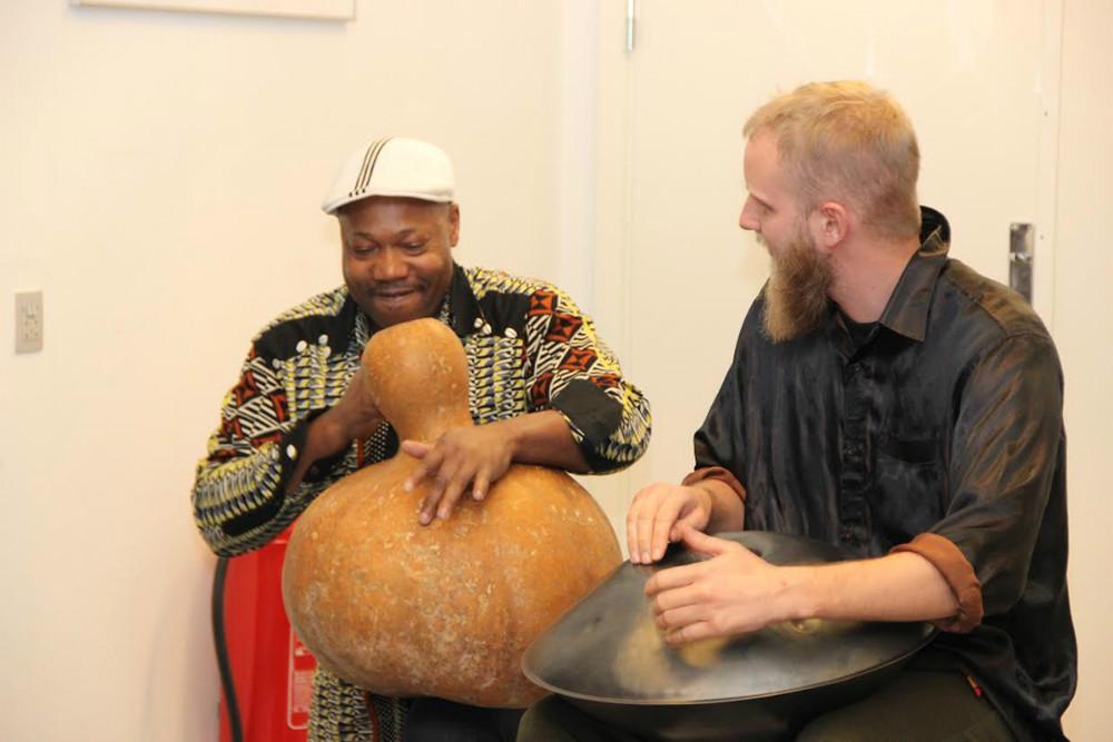 Sylvester Agbedoglo (tv) og Benjamin Barfod leverede musisk underholdning.