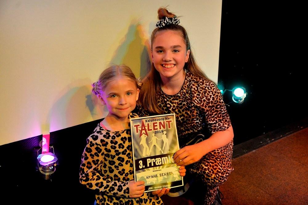 12-årige Nynne Seneca Popp blev nr. 3, her sammen med konkurrencens yngste deltager, Smilla Mortensen. Foto: Jens Nielsen