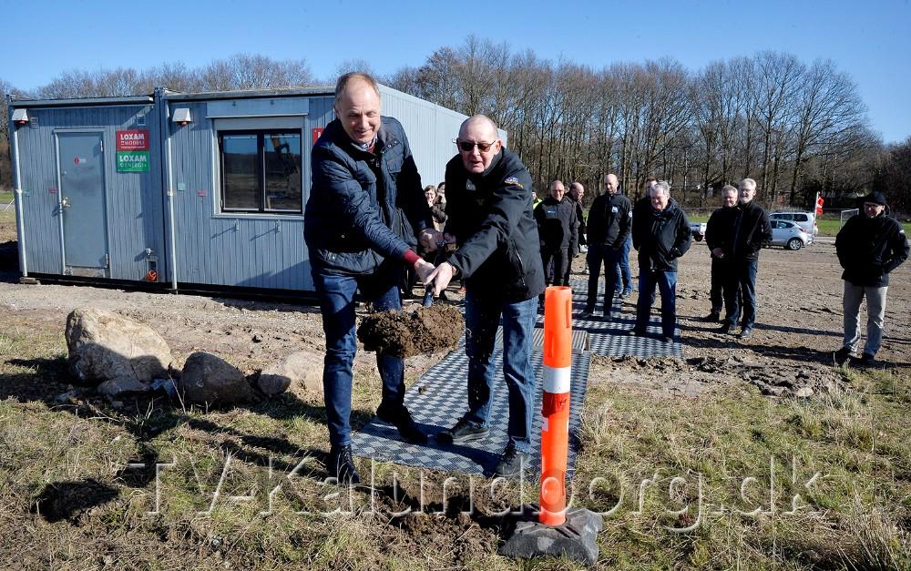 Borgmester Martin Damm tog det første spadestik sammen med bestyrelsesformand for VAB, Jørgen Madsen. Foto: Jens Nielsen