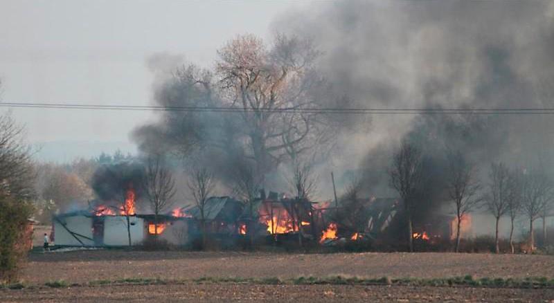 En staldbygning og en lade brændte ned til grunden lørdag sidst på eftermiddagen. Foto: Johnny Pedersen, skadestedsfotograf.dk