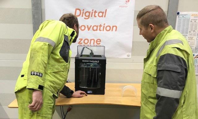 Bo Rasmussen og Morten Hornebo, begge teknikere fra den mekaniske vedligeholdsafdeling på Equinor Raffinaderiet, i gang med at printe værnemidler. Privatfoto