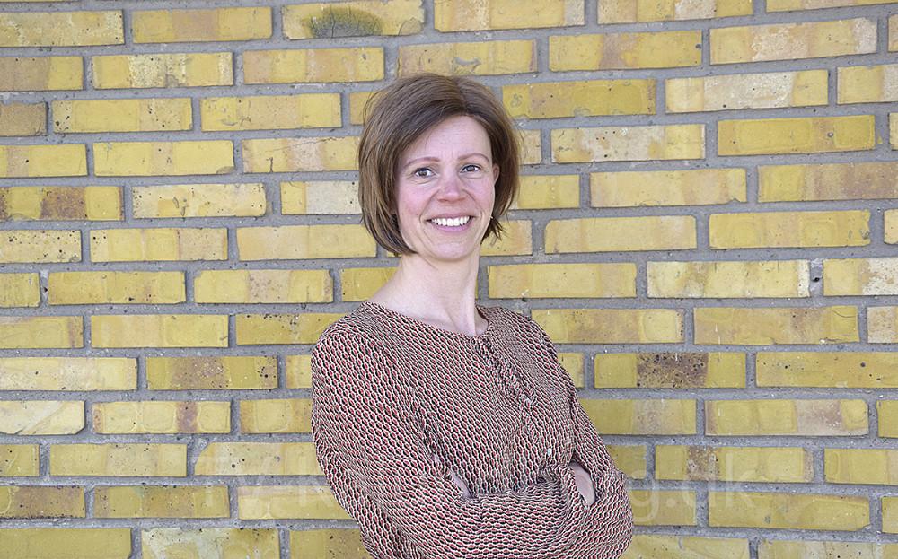Tanja Døj er lokal ildsjæl, der sætter ting i gang i håbet om, at det afføder, at andre også gider gøre en indsats for hinanden, lokalmiljøet og ikke mindst miljøet i det hele taget. Foto: Gitte Korsgaard.