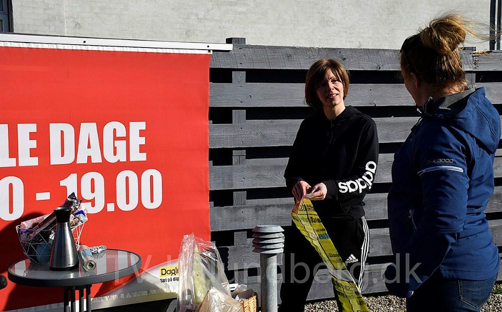 Tanja Døj i gang med at uddele skraldeposer til en af mange skraldeindsamlinger. Arkivfoto: Gitte Korsgaard.