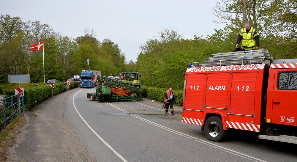 En marksprøjte efter en traktor væltede onsdag sidst på eftermiddagen lige ud for Bro Mølle Kro. Foto: Jens Nielsen