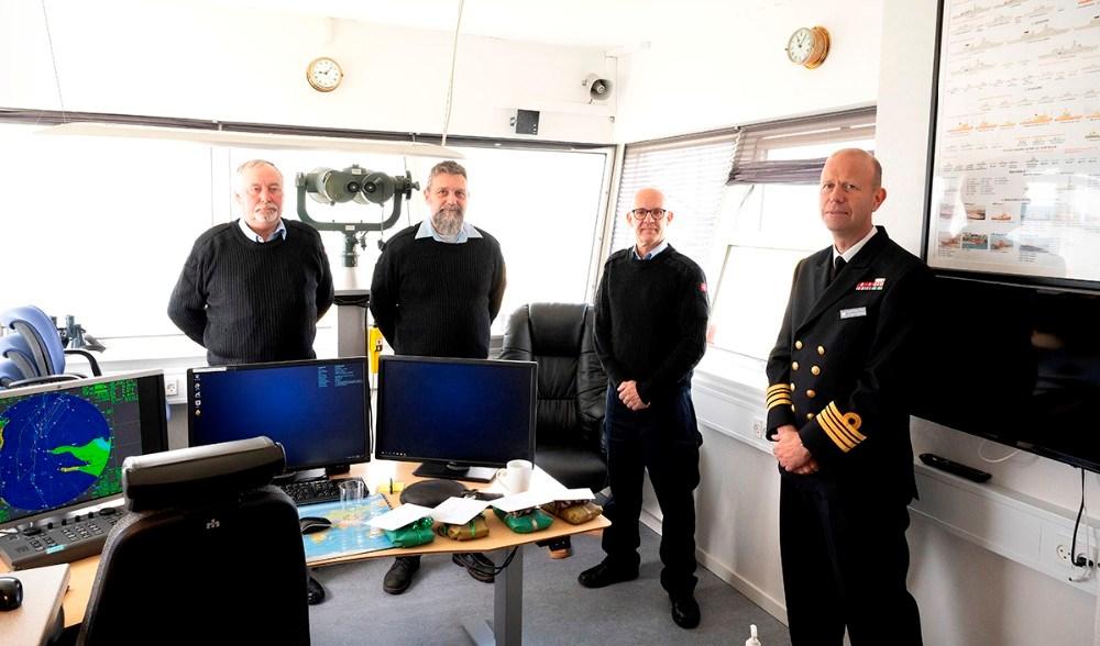 Fra venstre, tre af de ansatte på stationen, Peter Kolling Andersen, Jack Fyhn Andersen, Mogens Gotlob og Morten Hune Gjerrild, Chef Søværnets Overvågningsenhed. Foto: Jens Nielsen