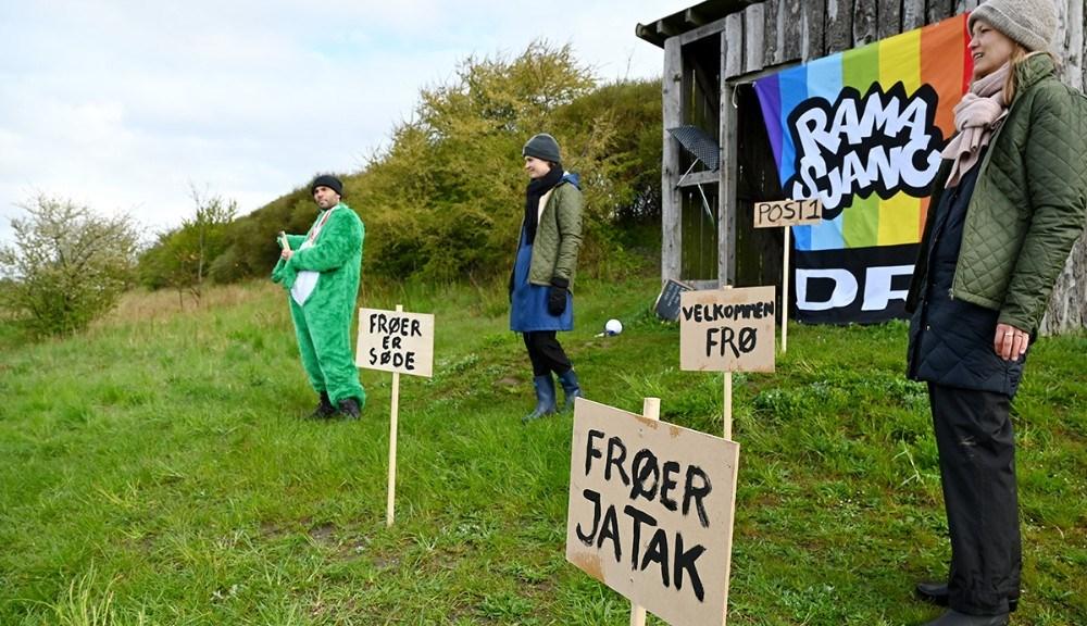Folk fra DR var i Kalundborg fredag for at sætte frøer i fokus. Foto: Jens Nielsen