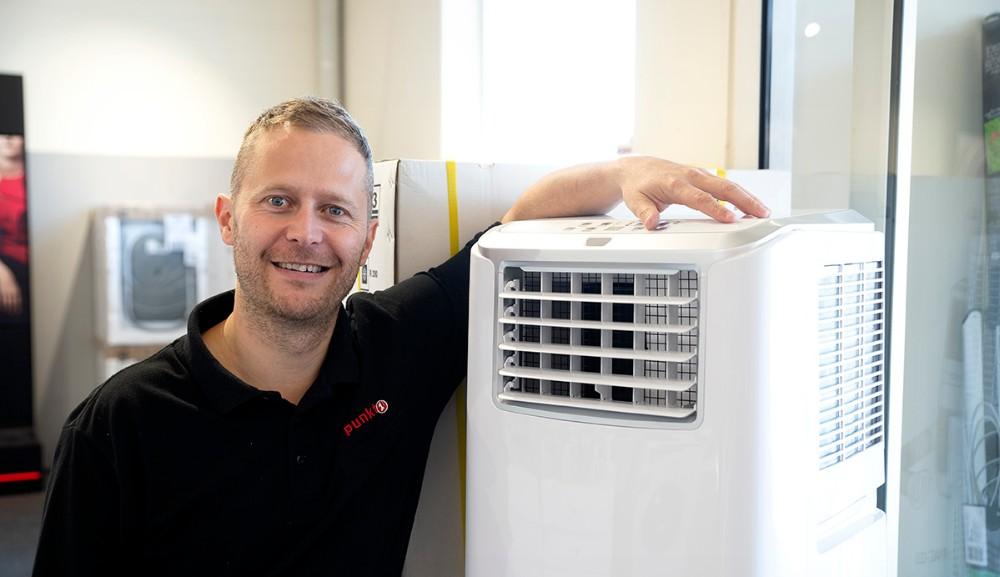 Jesper Abkjær Petersen, medindehaver af Punkt1 i Kalundborg, præsenterer den nye 3 i 1 aircondition. Foto: Jens Nielsen