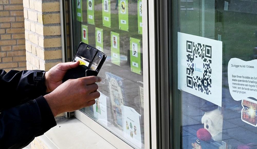 Scan QR-koden og se en film. Foto: Jens Nielsen
