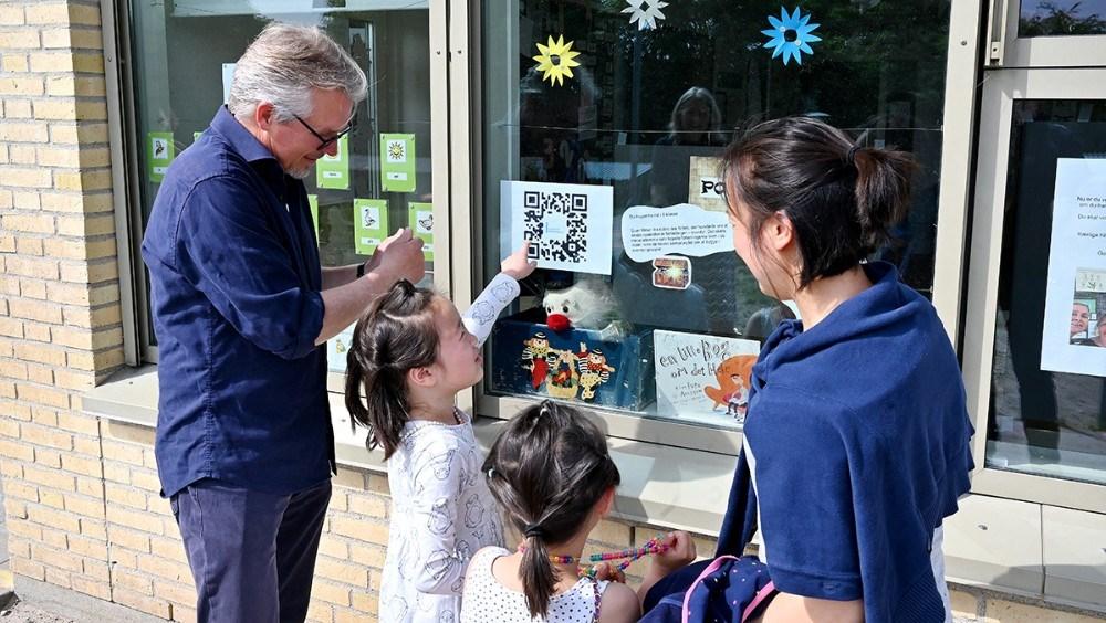 Børn og forældre blev sendt på en lærerig skattejagt rundt om skolen. Foto: Jens Nielsen