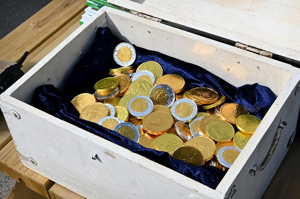Der var guldmønter til eleverne efter skattejagten. Foto: Jens Nielsen