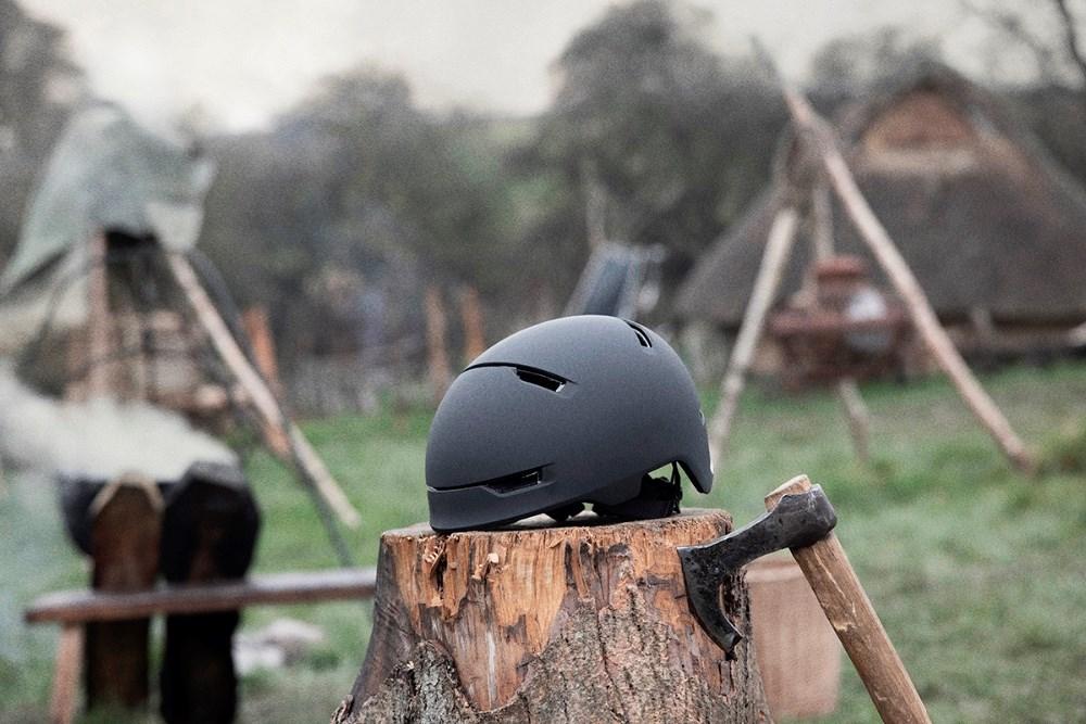 Ny kampagne fra Rådet for Sikker Trafik med vikinger i hovedrollen skal få flere til at bruge hjelm, når de cykler. Fotos: Rådet For Sikker Trafik.