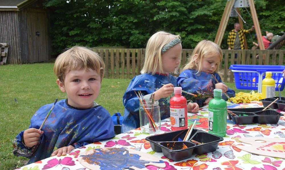 Børnene i Børnehuset Møllevang malede torsdag formiddag fine kunstværker. Foto: Gitte Korsgaard.