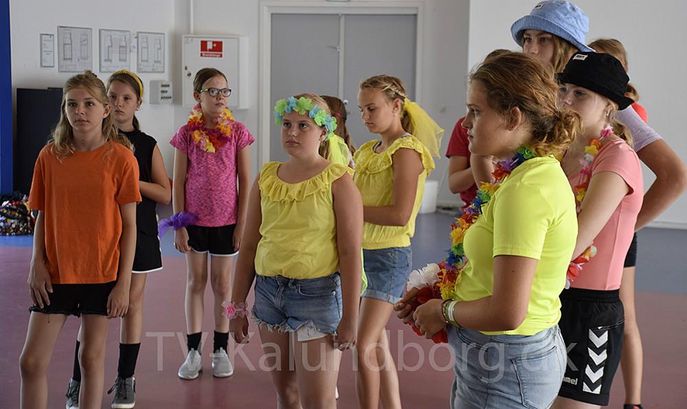 Der øves dagen lang på dansen, de alle skal danse i morgen på Kalundborg Rock´erlige efter, at City Boys har været på scenen. Foto: Gitte Korsgaard.