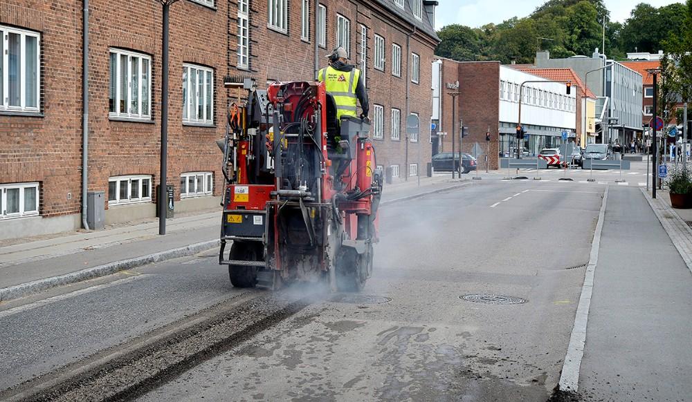 Asfaltfirmaet er gået i gang i Vænget i dag torsdag. Foto: Jens Nielsen