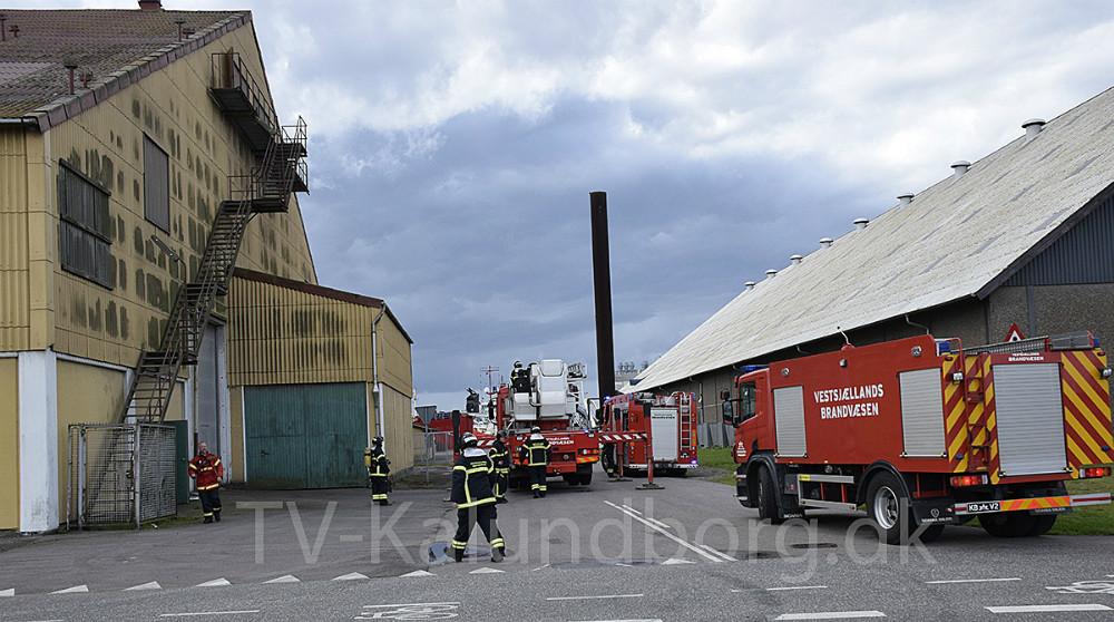 Vestsjællands Brandvæsen blev søndag middag kaldt til brand på Sydhavnsvej i Kalundborg, hvor det røg fra taget på den store bygning.Foto: Gitte Korsgaard.