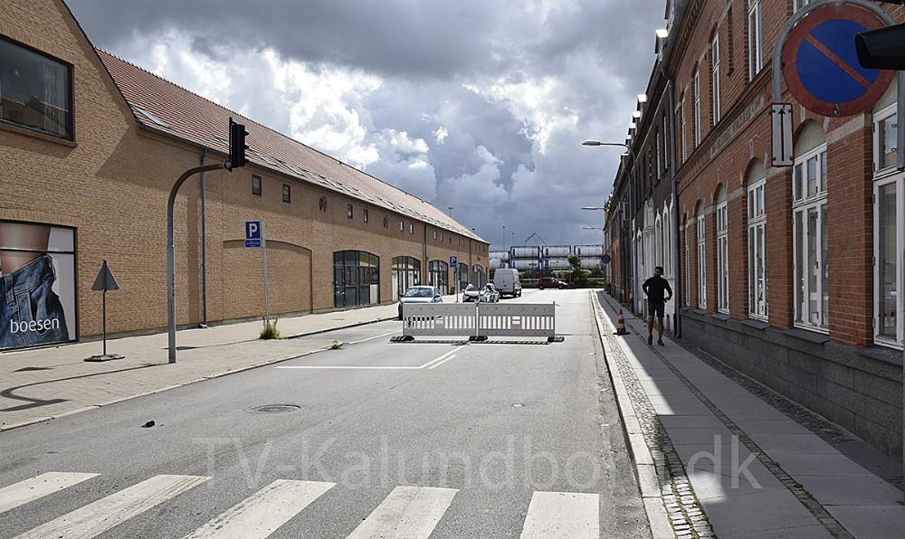 Krydset mellem Bredgade/Vænget/Elmegade er lige nu spærret af pga. asfaltarbejde. Foto: Gitte Korsgaard.