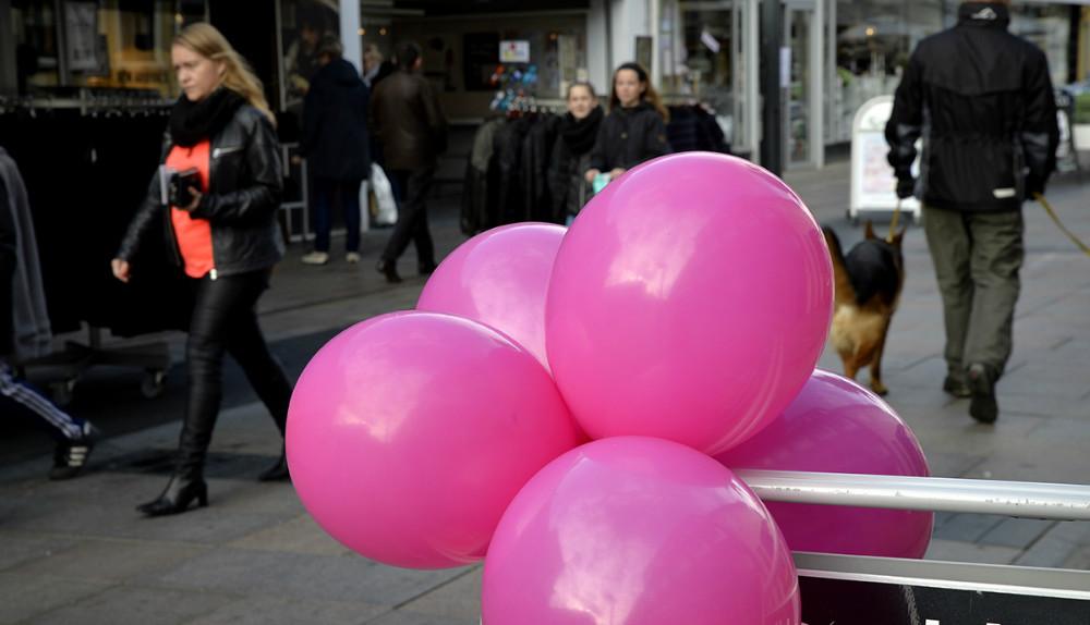 Flere af byens forretninger bakkede op om Lyserød Lørdag. Foto: Jens Nielsen