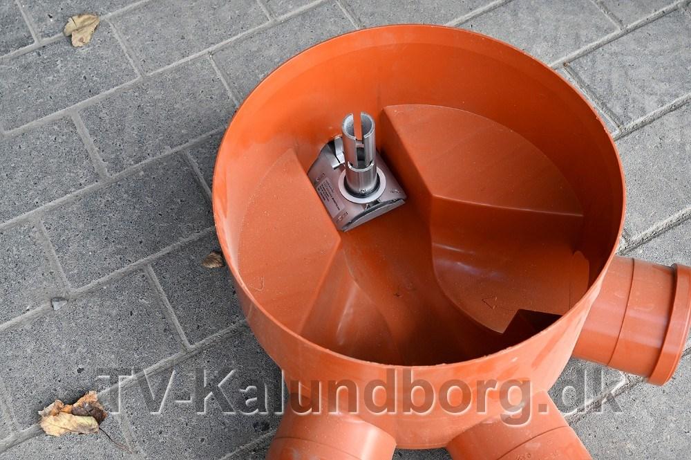 Enrottespærresættes i kloakken, for at forhindre at rotterne kommer fra hovedkloakken på din adresse. Foto:Jens Nielsen
