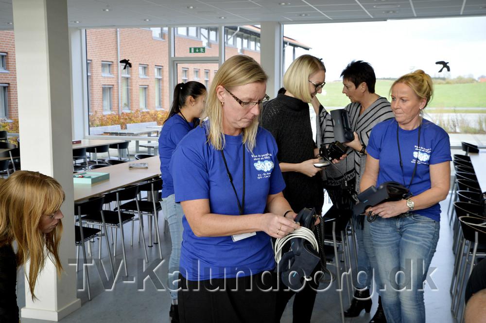 Digitaliserings- og IT-chef, Anne C. Dandanell, tager imod de gamle telefoner fra medarbejderne på rådhuset. Foto: Jens Nielsen