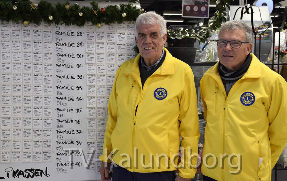 Kvickly Kalundborg og Lions Kalundborg er klar til igen at hjælpe økonomisk udsattefamilier med julehjælp. Helge Rasmussen fra Lions (th.) og præsident for Lions Kalundborg, Flemming Larsen Foto: Gitte Korsgaard.