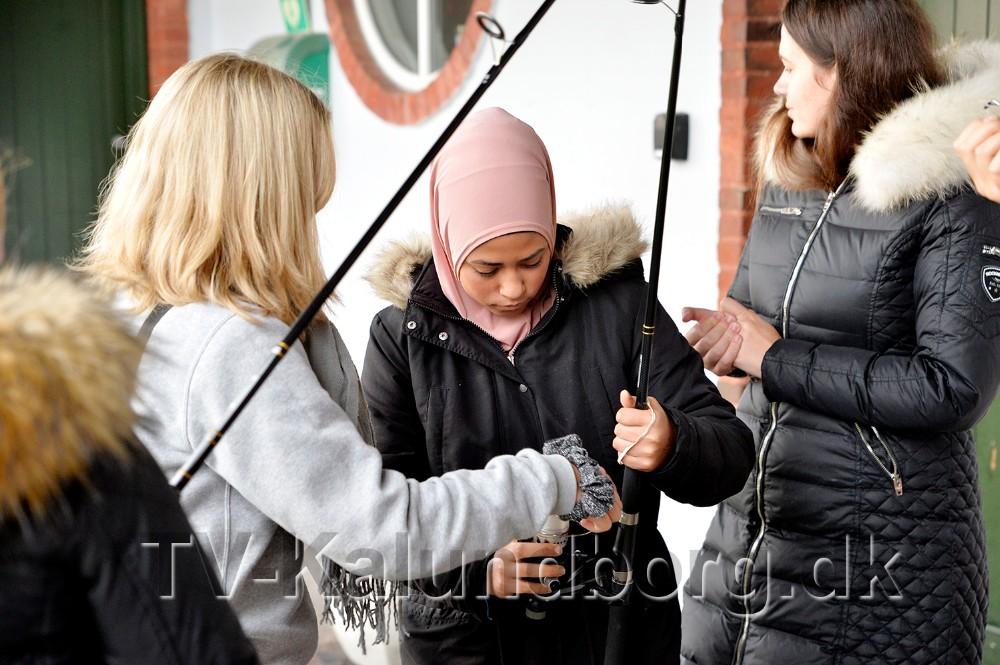 Elever fra 9. klasse på Herredsåsen var ude med snøren sammen med Kalundborg Lystfiskerforening. Foto: Jens Nielsen