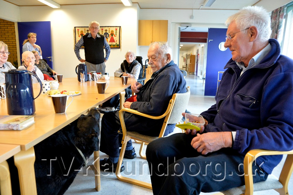 Martin Vejlgaard, til højre i billedet, kommer forbi med Sofus hver torsdag. Foto: Jens Nielsen