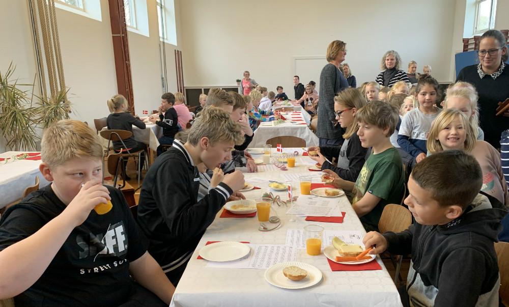 Fredag formiddag fejrede man den nye morgenmadscafé på Tømmerup Skole. Foto: Gitte Korsgaard.