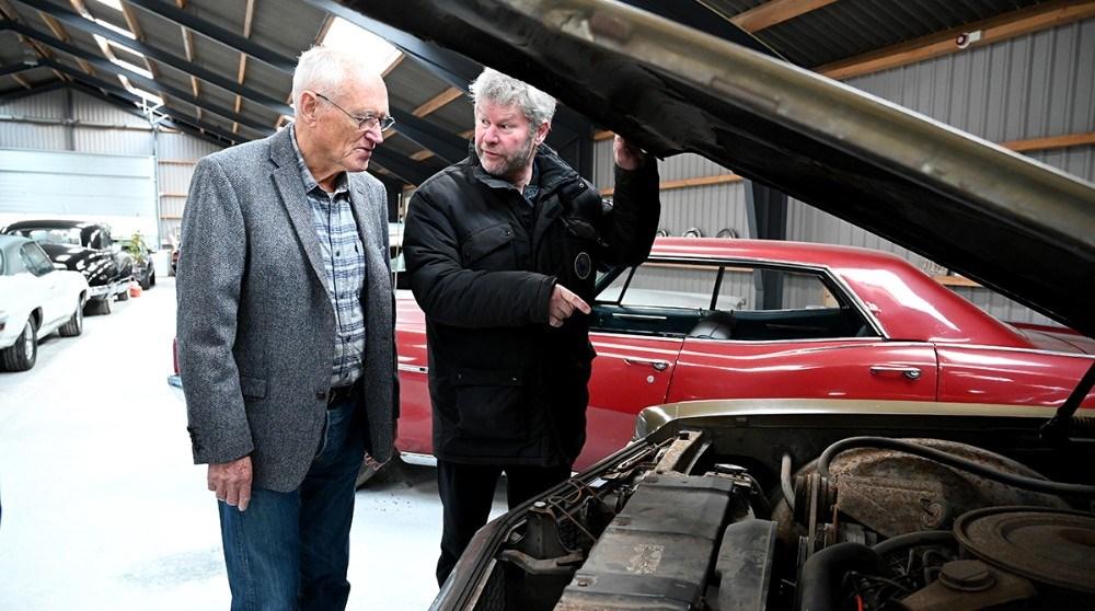 Kim Christens forklarer om en Buick Electra fra 1969. Foto: Jens Nielsen