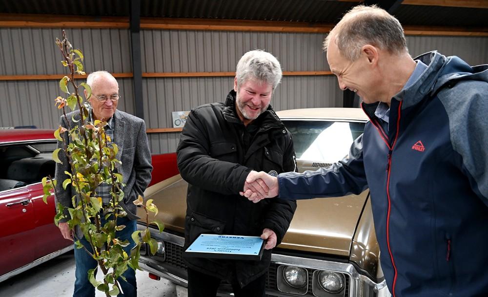 Borgmester Martin Damm ønsker Kim Christens tillykke med prisen. Foto: Jens Nielsen