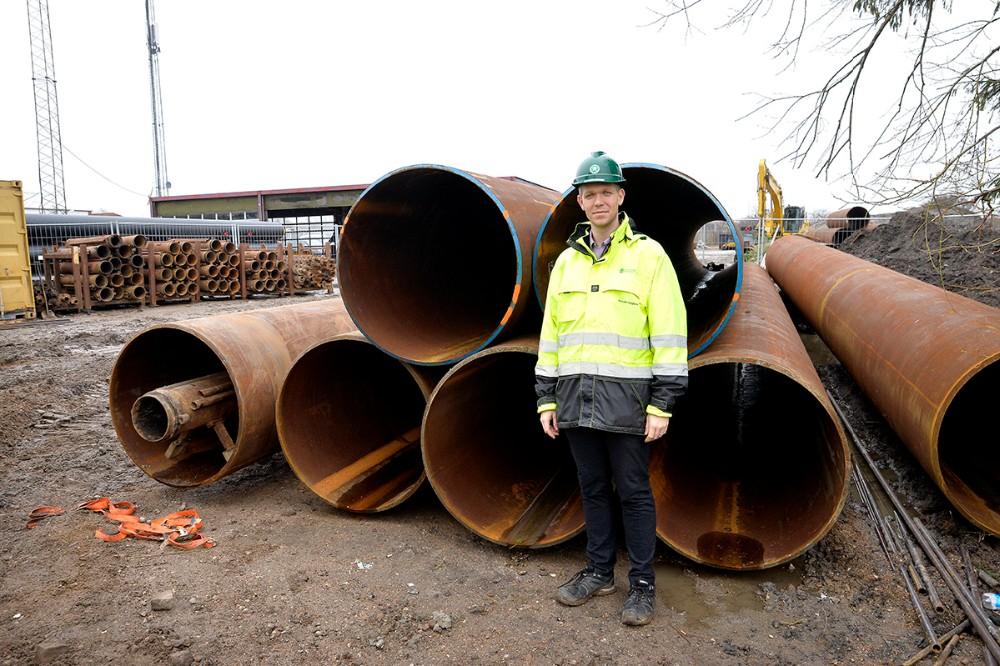 Projektleder Kenneth Aagaard foran de store rør som skal bores ind under jernbanen. Foto: Jens Nielsen