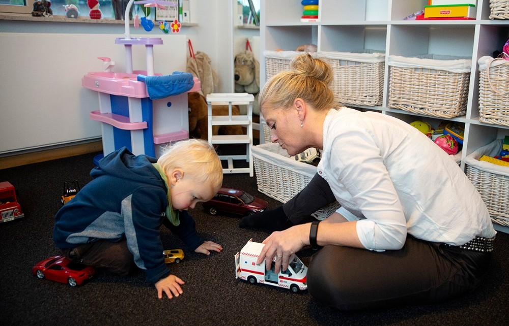 Rikke Hockerup er dagplejer, og er ikke i tvivl om at det er det fedeste job. Foto: Jens Nielsen
