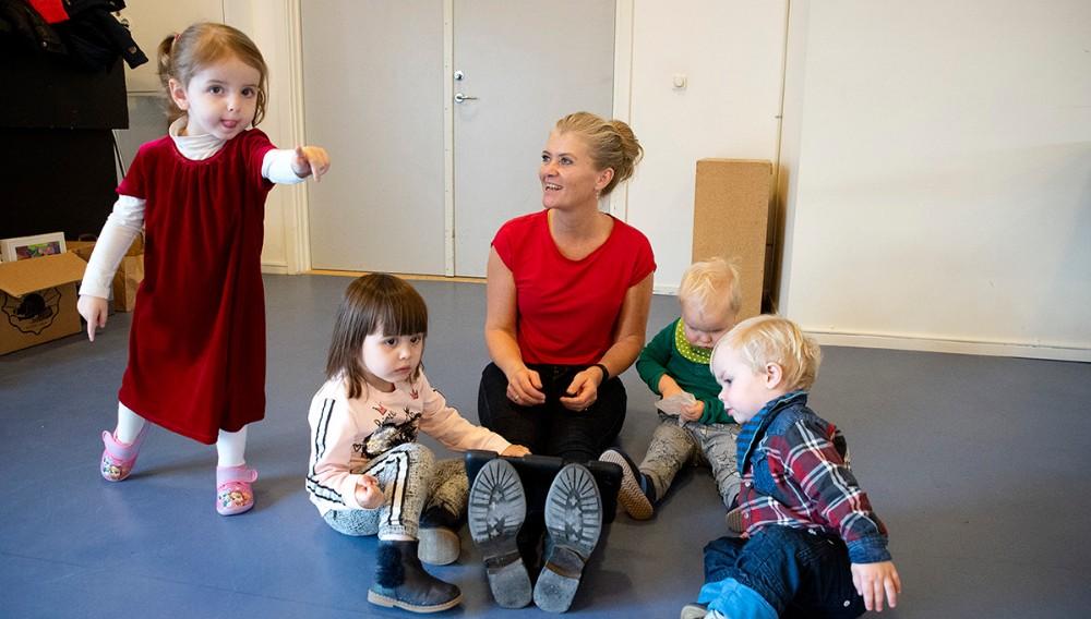 Rikke Hockerup med sine fire dagplejebørn. Foto: Jens Nielsen
