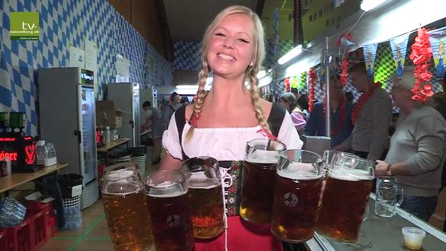 Der er øl i literkrus, her billede fra sidste års bierfest i Hvidebækhallen. Foto: Jens Nielsen