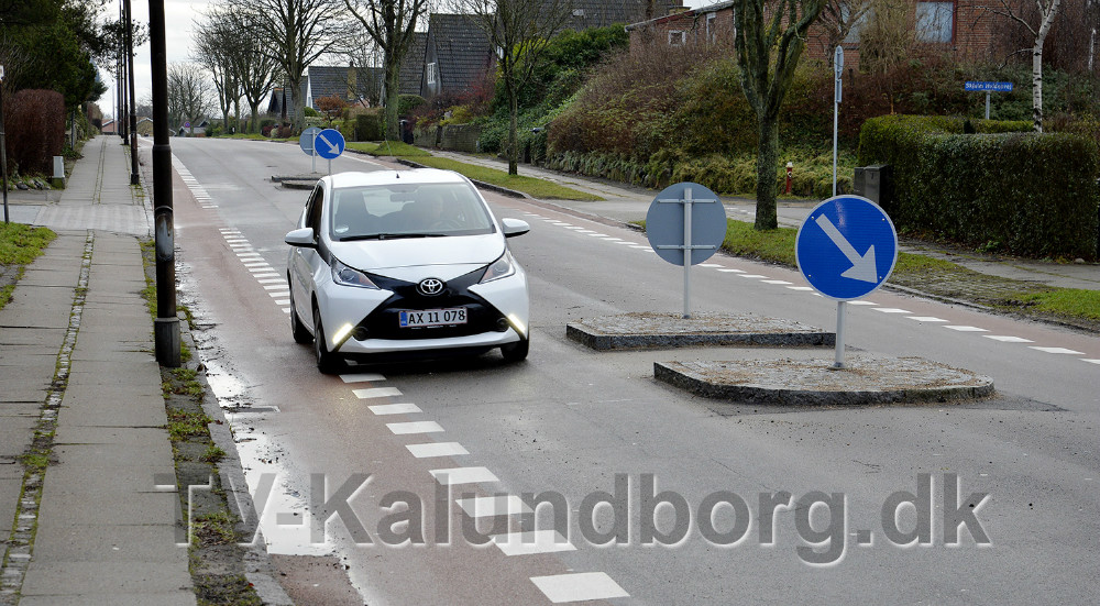 Bilerne skal ind over det markedere område til cyklisterne, for at passere det nye helleanlæg. Foto: Jens Nielsen
