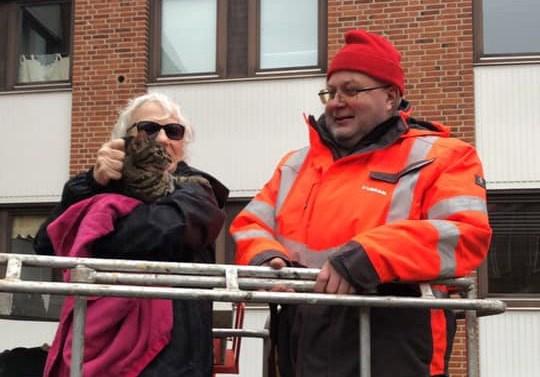 Arne fra Loxam i Kalundborg fik reddet katten ned til den ældre dame som ejer katten. Foto: Pia Christensen