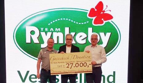 Vinbonde Tom Christensen og Carsten Persson fra Revy Grand Cru overrakte den store check til holdkaptajn for Team Rynkeby Vestsjælland, Niels Urban Hansen. Privatfoto