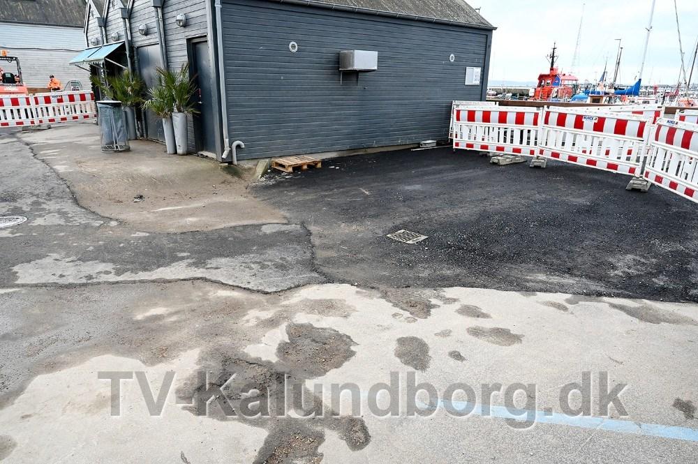 Asger Øgelund er ikke imponeret over kommunens asfaltarbejde. Foto: Jens Nielsen