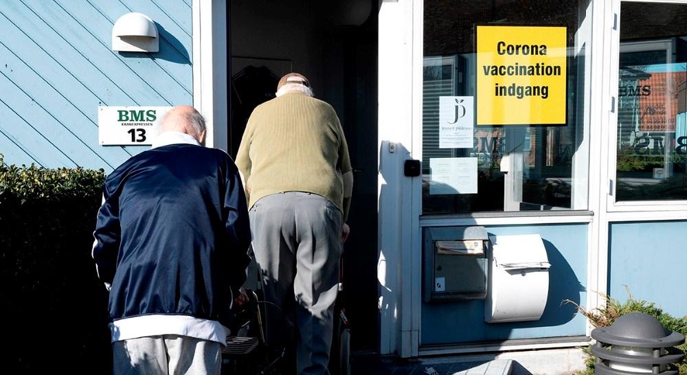 Borgere på vej ind til vaccination på Hareskovvej i Kalundborg. Foto: Jens Nielsen