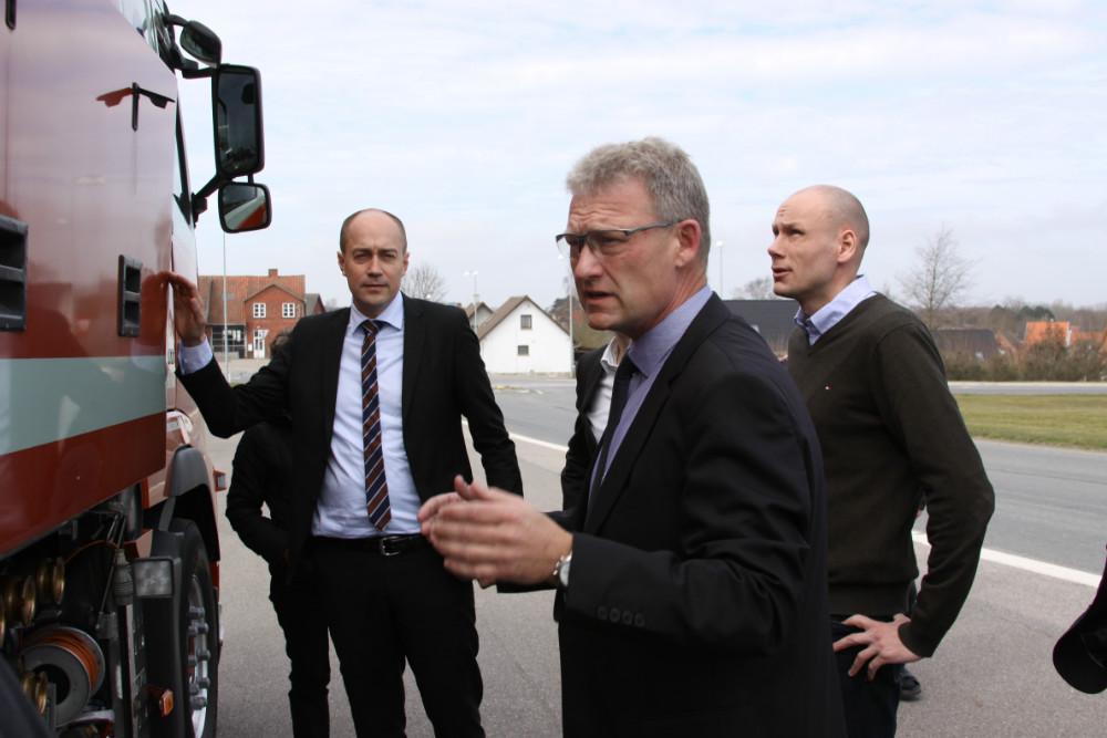 Transportminister, Magnus Heunicke (S) og Rasmus Langhoff (S) sammen med Klaus Rasmussen, direktør for Johs. Rasmussen, Svebølle. Foto Gitte Korsgaard